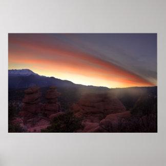 Formaciones de roca en la puesta del sol póster