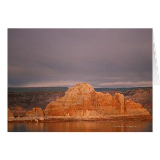 Formaciones de roca por el agua tranquila, lago Po Tarjetas