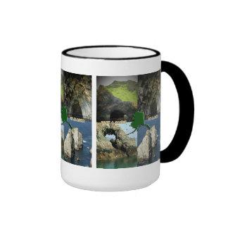 Formaciones y cuevas de roca en el collage de taza de dos colores