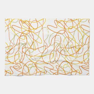 Formas orgánicas en naranja, oro y amarillo en toallas de cocina