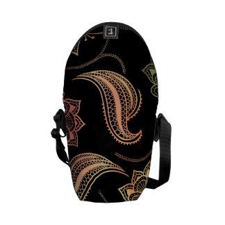 Formas orientales en negro bolsa de mensajería