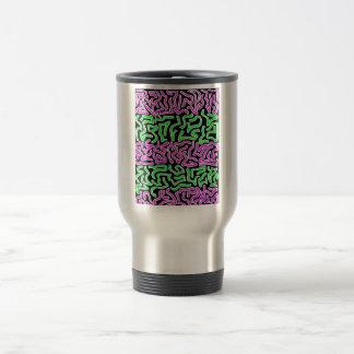 Formas verdes rosadas del doodle en fondo negro taza de viaje