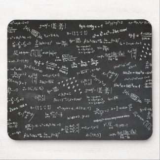 Fórmulas de la matemáticas en una pizarra mousepads
