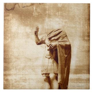foro romano, estatua sin cabeza del líder romano tejas  ceramicas