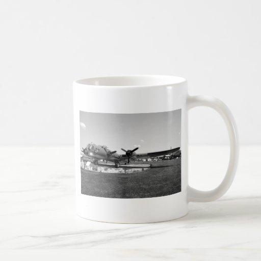 Fortaleza del vuelo B-17 Taza Básica Blanca