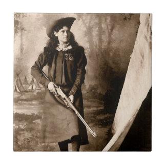 Foto 1898 de Srta. Annie Oakley Holding un rifle Azulejo Cuadrado Pequeño