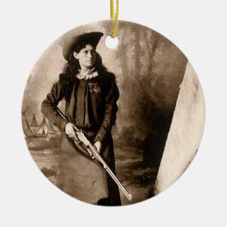 Foto 1898 de Srta. Annie Oakley Holding un rifle Adorno Redondo De Cerámica