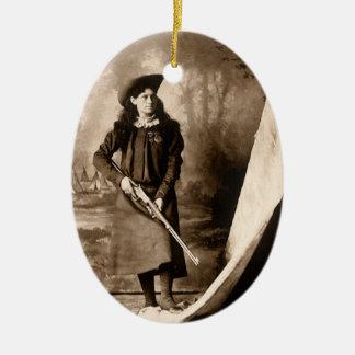 Foto 1898 de Srta. Annie Oakley Holding un rifle Adorno Ovalado De Cerámica