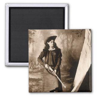 Foto 1898 de Srta. Annie Oakley Holding un rifle Imán De Nevera