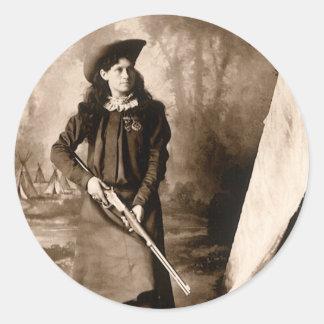 Foto 1898 de Srta. Annie Oakley Holding un rifle Pegatina Redonda