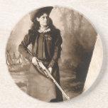 Foto 1898 de Srta. Annie Oakley Holding un rifle Posavasos Personalizados
