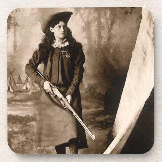 Foto 1898 de Srta. Annie Oakley Holding un rifle Posavaso