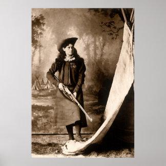 Foto 1898 de Srta. Annie Oakley Holding un rifle Póster