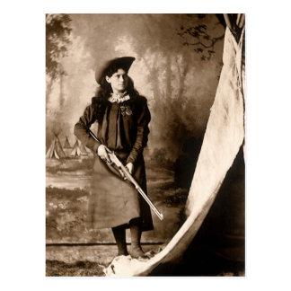 Foto 1898 de Srta. Annie Oakley Holding un rifle Postal