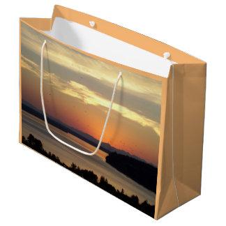 Foto anaranjada de la puesta del sol del paisaje bolsa de regalo grande
