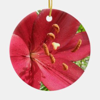 Foto asiática roja del lirio adorno redondo de cerámica