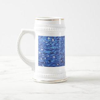 Foto azul clara chispeante de las ondas de agua jarra de cerveza