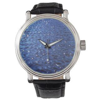 Foto azul clara chispeante de las ondas de agua reloj