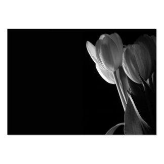 Foto blanca de los tulipanes en fondo negro tarjetas de visita grandes
