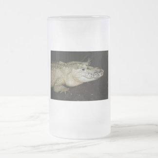 Foto blanca del cocodrilo del albino, imagen del c taza cristal mate