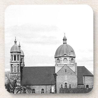 Foto blanco y negro de la iglesia católica posavasos de bebida