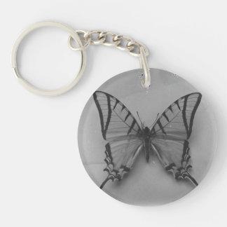 Foto blanco y negro de la mariposa llavero redondo acrílico a una cara