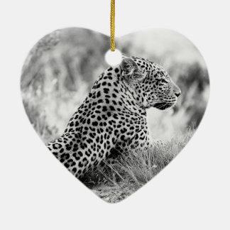 Foto blanco y negro de la mirada del leopardo adorno de cerámica en forma de corazón