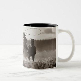 Foto blanco y negro de los caballos de un Lassoing Taza De Café