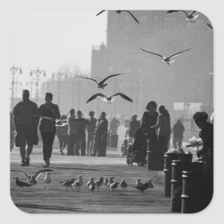 Foto blanco y negro del paseo marítimo de Coney Calcomanias Cuadradas