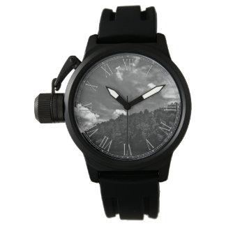Foto blanco y negro hermosa del cielo de la reloj de mano