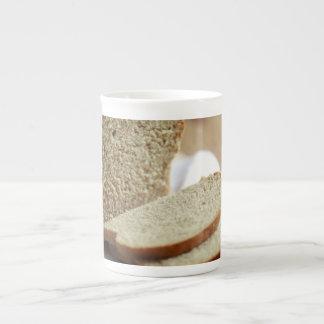 Foto cortada del pan taza de porcelana