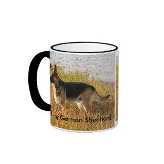 Foto criada pura del pastor alemán en la taza de c