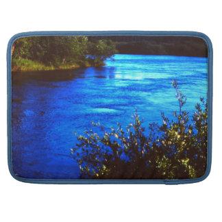 Foto de Alaska rugosa escénica del río de la manga Funda Para Macbook Pro