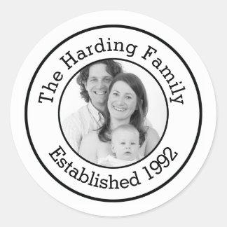 Foto de familia de encargo con año establecido pegatina redonda