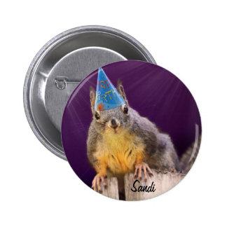 Foto de la ardilla del cumpleaños pin redondo de 2 pulgadas