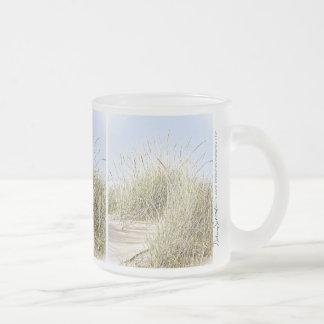 Foto de la hierba de la playa del lago Michigan Taza De Café