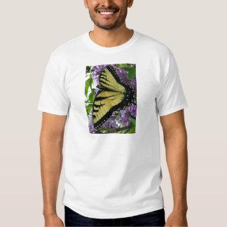 Foto de la lila de la mariposa del swallowtail del remeras