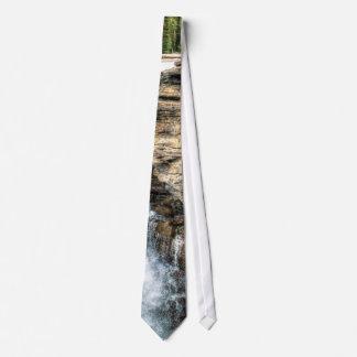 Foto de la naturaleza de la cascada de la montaña  corbata