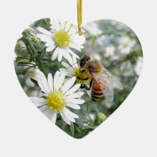 Foto de las margaritas de las flores de los adorno de cerámica en forma de corazón