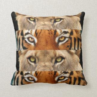 Foto de los ojos del tigre y del león cojín