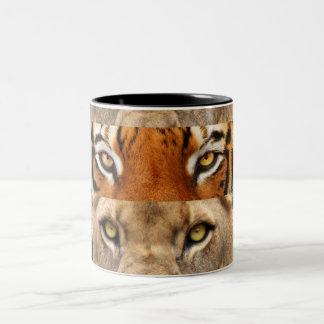 Foto de los ojos del tigre y del león taza de café de dos colores