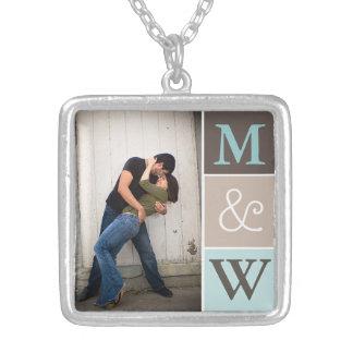 Foto de los pares del amor y collar del monograma