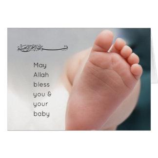 Foto de los pies del bebé de la enhorabuena del na tarjeta de felicitación