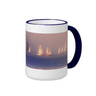 Foto de los veleros de la puesta del sol taza a dos colores