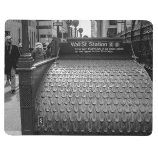 Foto de New York City Wall Street en negro y blanc Cuadernos Grapados