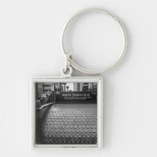 Foto de New York City Wall Street en negro y blanc Llaveros