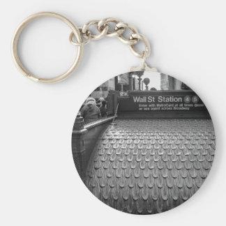 Foto de New York City Wall Street en negro y blanc Llaveros Personalizados
