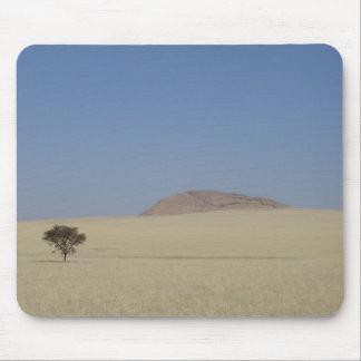 Foto de un árbol solitario en los llanos de la hie tapete de ratón