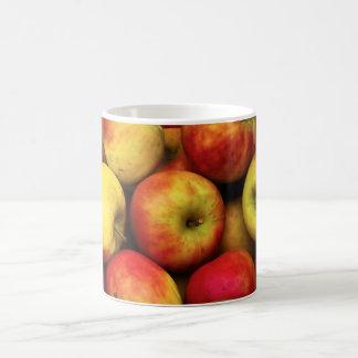 Foto de un celemín de manzanas amarillas y rojas taza de café