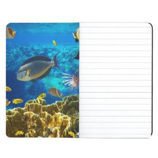 Foto de un pescado tropical en un arrecife de cora cuaderno grapado